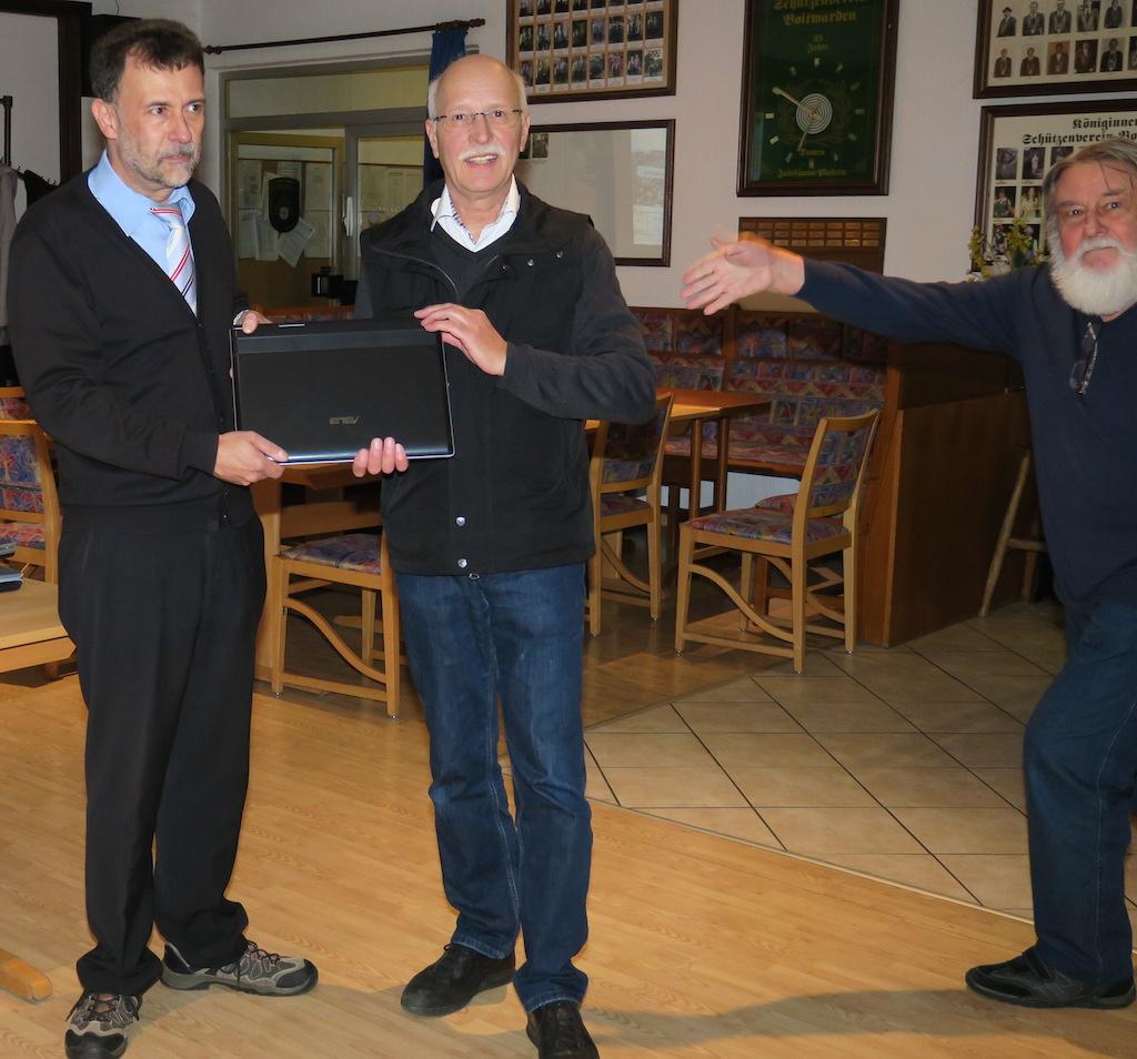 Klaus Loschinsky (rechts) zeigt, wo die Übergabe stattfindet